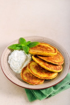 Frittelle di zucchine con salsa allo yogurt e aneto