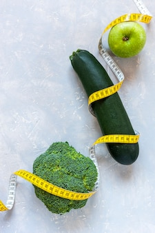 Zucchine, mela verde e broccoli e centimetro. frutta e verdura fresca