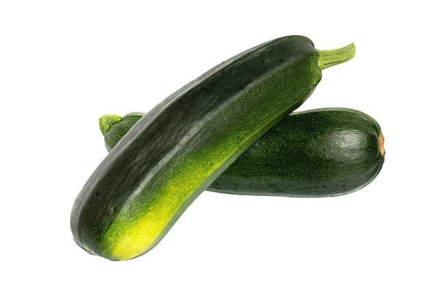 Zucchine isolate. zucchine o zucchine verdi fresche su superficie bianca.