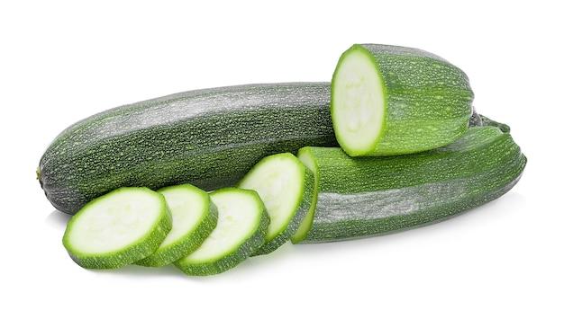 Fetta di zucchine su sfondo bianco