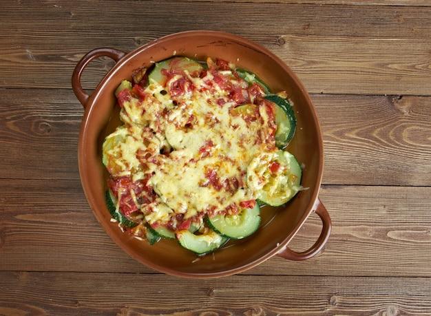 Zucchine con formaggio e pomodori sulla tavola di legno. cucina turca