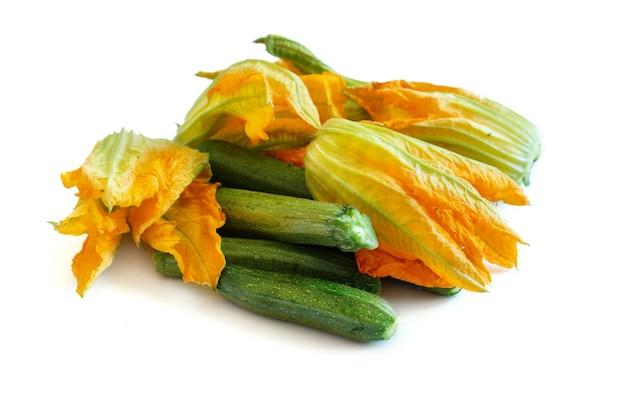 Zucchine e fiori di zucca isolati su wite