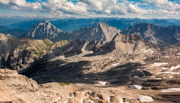 Zugspitze, germania. splendida vista sulla valle collinare montagnosa