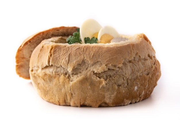 Zurek tradizionale zuppa polacca isolato su sfondo bianco