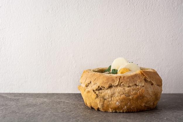Zurek tradizionale zuppa polacca su un tavolo di pietra