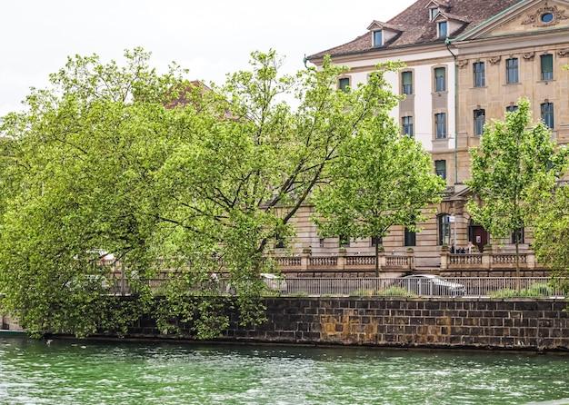 Zurigo svizzera vista degli edifici storici della città vecchia vicino alla stazione ferroviaria principale zurigo hb hau...
