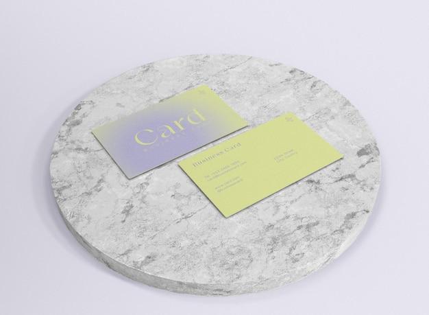 Mockup di biglietti da visita 3d su superficie di marmo