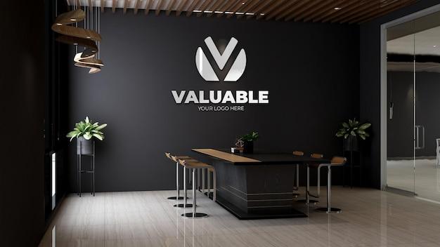 Modello 3d del logo aziendale nell'interior design della sala riunioni dell'ufficio a tema in legno