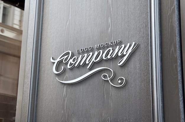Modello di logo 3d su superficie di legno all'ingresso del negozio. branding, promozione del design del logo