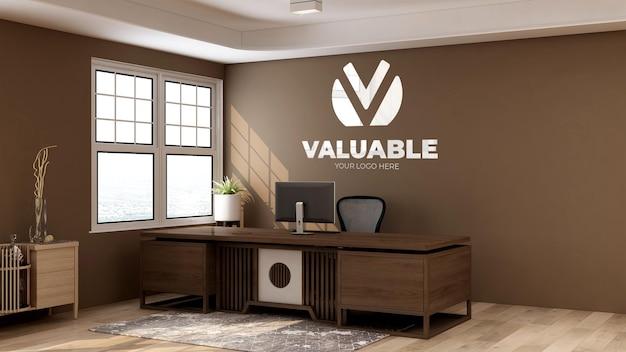 Mockup di parete con logo 3d nell'addetto alla reception dell'ufficio con interni in legno di fronte