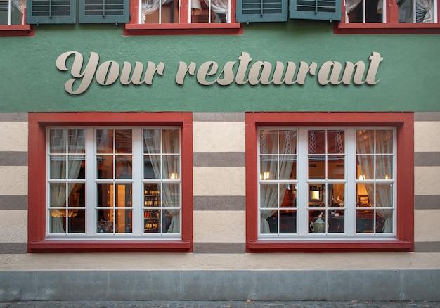 Modello di logo del segno 3d sulla facciata classica del ristorante