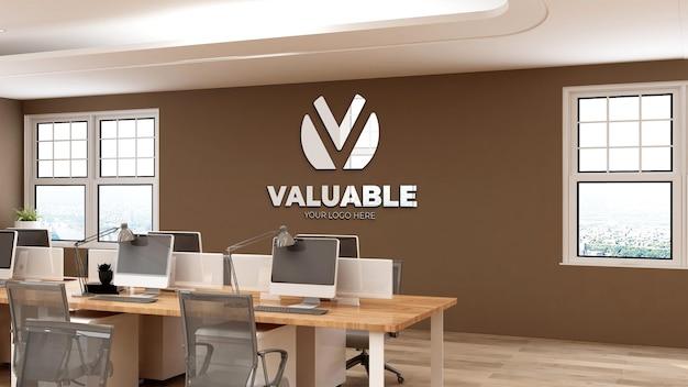 Modello di logo a parete 3d nell'area di lavoro dell'ufficio moderno con parete marrone
