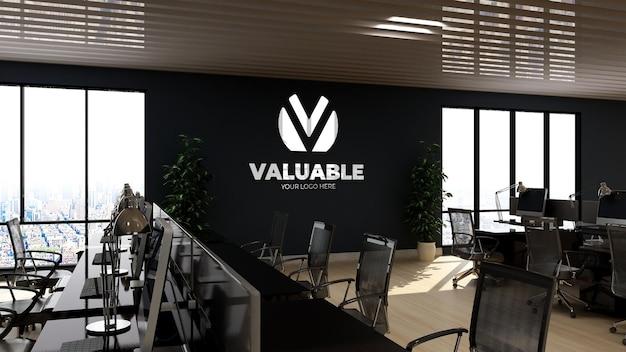 Modello di logo a parete 3d nell'area di lavoro dell'ufficio