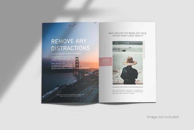 Mockup di brochure bifold a4