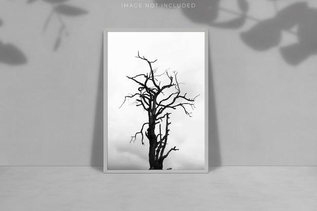 Mockup di cornice vuota a4 per fotografie, arte, grafica, galleria d'arte con sovrapposizione di ombre.