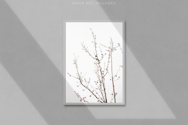 Cornice vuota a4 per fotografie con sovrapposizione di ombre