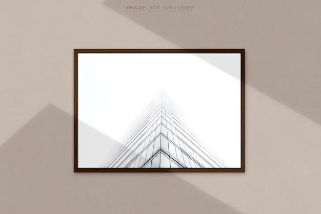 Cornice in legno orizzontale in bianco a4 per fotografie, arte, grafica con sovrapposizione di ombra del ramo di un albero modello di mockup telaio isolato modello per un fotografo