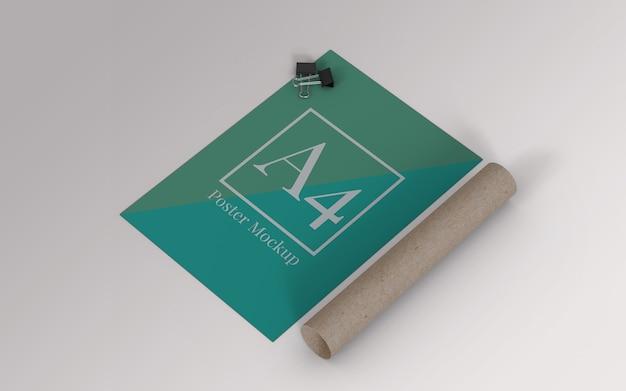 Mockup di poster a4 con clip binder e rotolo di cartone vista a destra