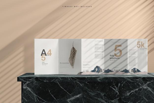 Mockup di brochure a cinque pieghe in formato a4