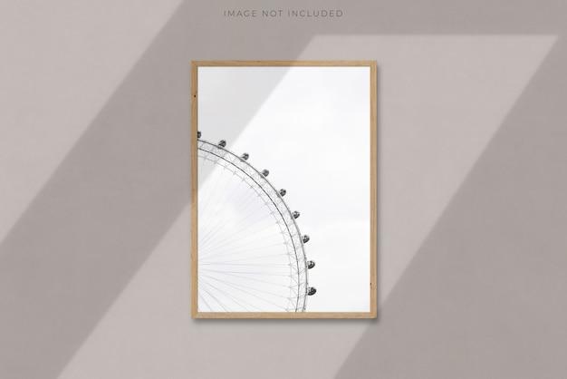 Cornice in legno verticale in bianco a4 per fotografie, arte, grafica con sovrapposizione di ombra del ramo di un albero. modello di mockup cornice isolata modello per un fotografo, galleria d'arte
