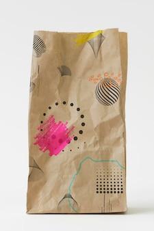 Mockup di sacchetto di carta marrone fantasia astratta