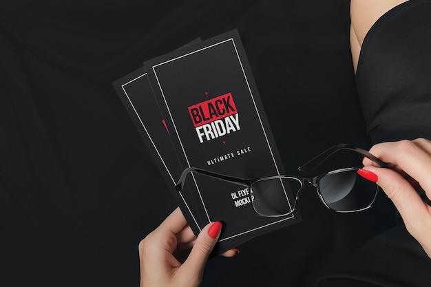 Volantini pubblicitari nel mockup della mano della ragazza Psd Premium