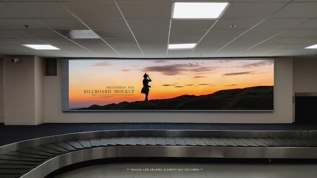 Esposizione del tabellone per le affissioni della pubblicità nel modello del terminale dell'aeroporto