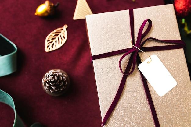 Vista aerea della confezione regalo con un mockup di tag
