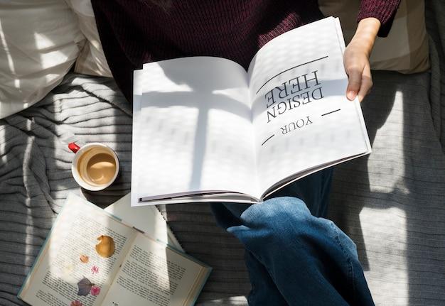 Vista aerea della donna che legge un libro