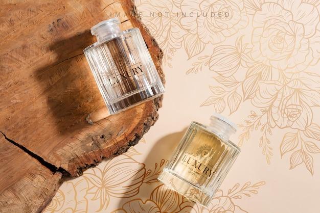 Deodorante per ambienti attacca mockup con ombre sulla scrivania in legno