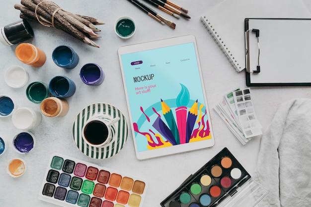 Disposizione degli oggetti di creatività e un tablet mock-up