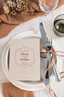 Disposizione di eleganti carte mock-up per matrimoni