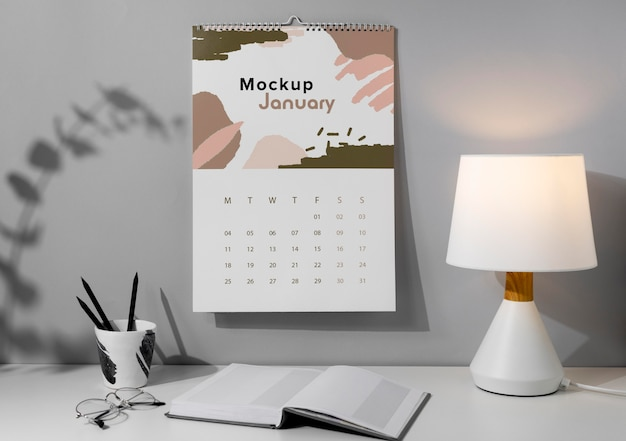 Disposizione del calendario da parete mock-up all'interno