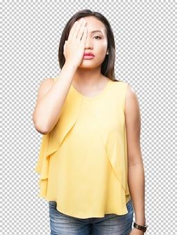 Donna asiatica che la copre occhi