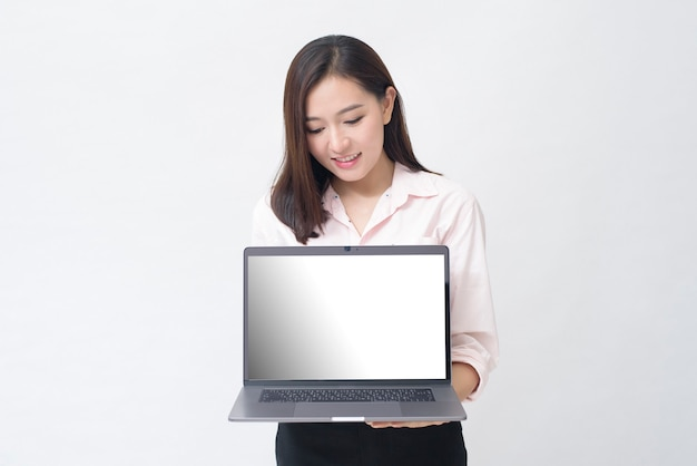 Donna asiatica che tiene il modello di computer portatile