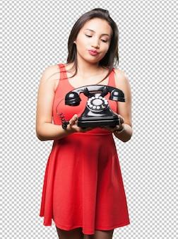 Donna asiatica che tiene un telefono