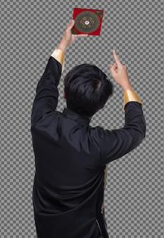 La vista laterale posteriore del maestro feng shui mostra la bussola fengshui e gira la direzione verso l'energia della forza, i testi cinesi sulla bussola significano tradurre come fortuna prosperità sugli elementi dell'acqua del vento flusso, isolato