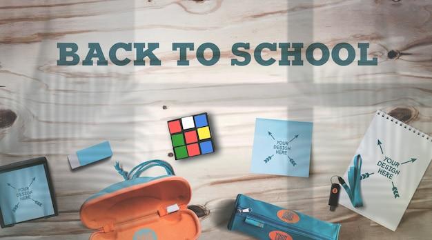 Torna a scuola mockup materiale scolastico su tavolo in legno rustico ombre realistiche