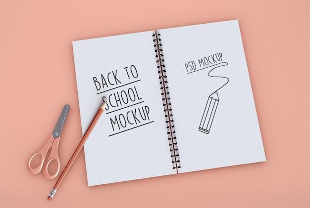 Ritorno a scuola sul quaderno a spirale mockup