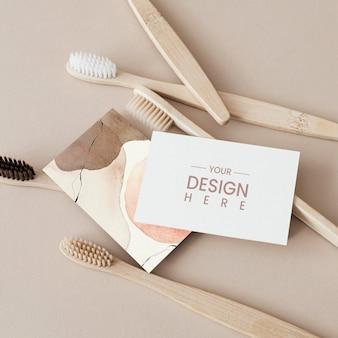 Spazzolini da denti in bambù e mockup di carte di design
