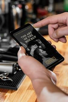 Negozio di barbiere con mock-up di smartphone