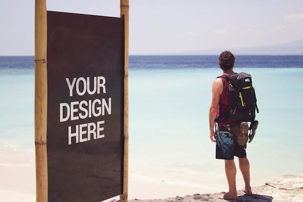 Beach black slate mockup con un viaggiatore