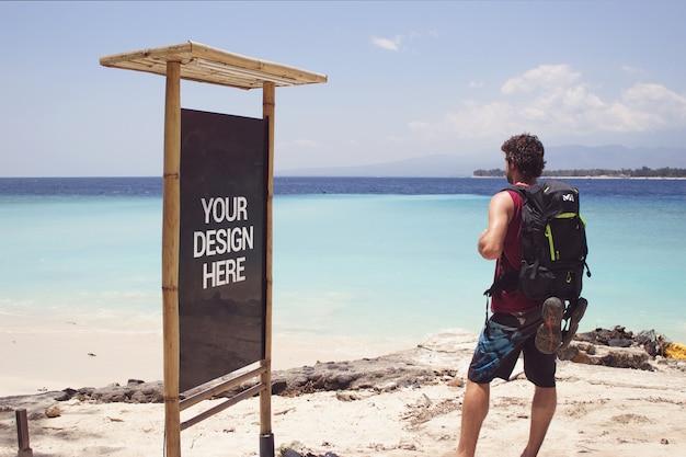 Beach trip black slate mockup con un viaggiatore
