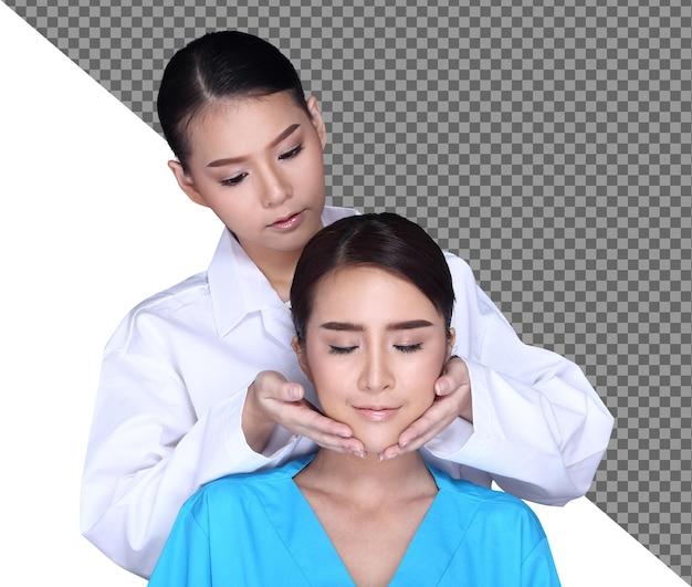 Il medico estetista diagnostica il naso della rinoplastica per la cura della pelle della forma del viso sul paziente, isolato. v shape lifting face su 20s bella donna per iniettare botox filler glow skin. studio sfondo bianco mezzo corpo