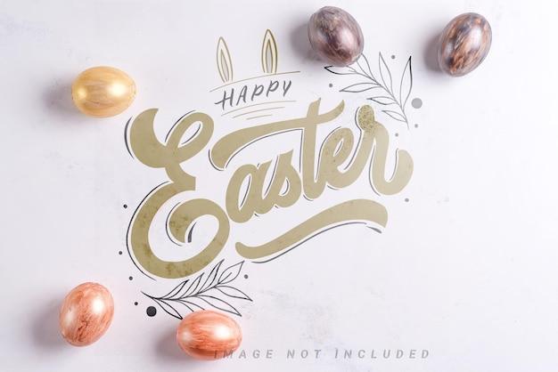 Belle uova di pasqua in argento e oro sulla superficie del mockup in marmo