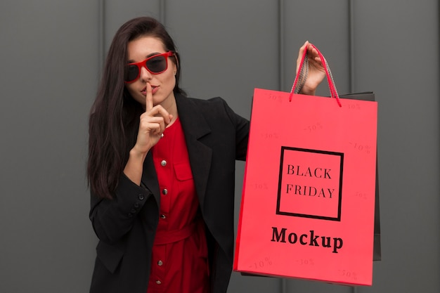 Bella donna con il concetto di borsa venerdì nero