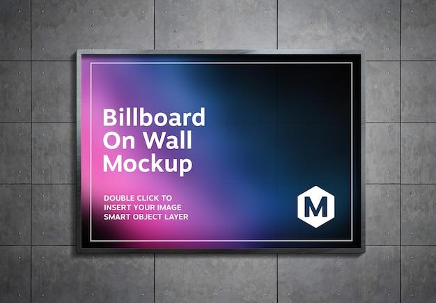 Tabellone per le affissioni appeso a parete di pannelli metallici mockup