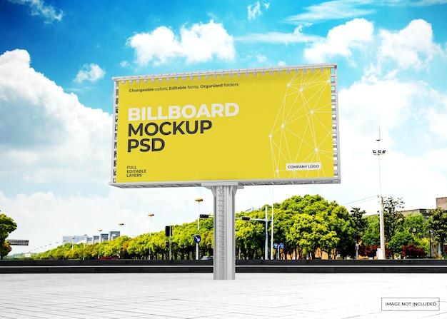 Design mockup cartellone contro il cielo