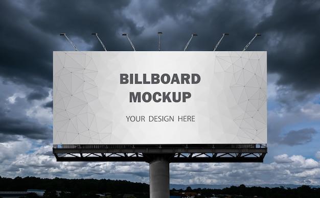 Mockup del tabellone per le affissioni visualizzato sul cielo all'aperto