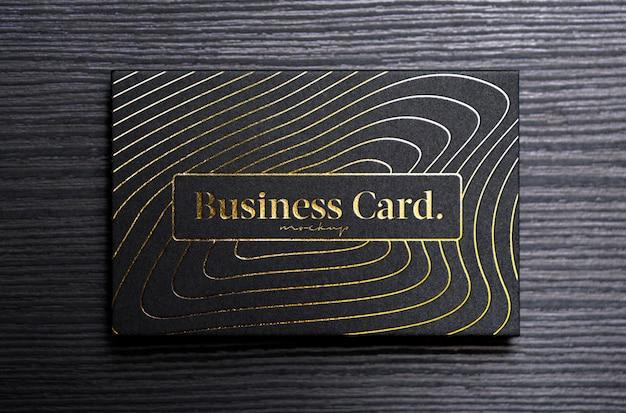 Biglietto da visita nero mock up con lamina d'oro goffratura e incisione, premium psd